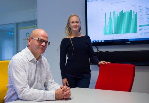 FØLGER MED: Frode Styve og Kari-Marie Holmstrøm i Eta Energi  har fått god uttelling på investeringen i solcellepanel på taket i hjemmene. Via en app kan de følge med på alle detaljer i produksjonen.