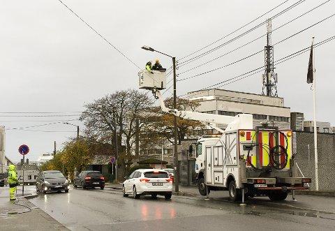 I AKSJON: Haugaland Kraft arbeider i Djupaskarsvegen tirsdag formiddag.