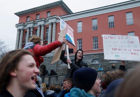 - VÅR FRAMTID, VÅR JORD: - Dere må ikke la voksne som ikke vet noe om klimakampen dra dere ned, var et av budskapene til de streikende på Rådhusplassen. Eivind Engløkk (svart jakke)og Lloyd Blikshavn var blant de som deltok.