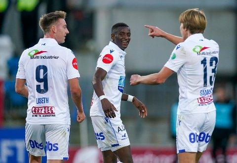 DEN STORE HELTEN: Alioune Ndour (i midten) scoret tre av FKHs sju mål mot Mjøndalen.