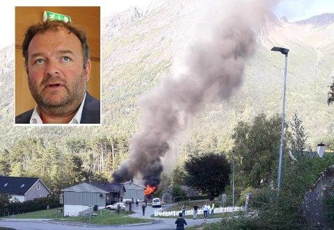 TOTALSKADD: Det kommunale rekkehuset i Grytingsvegen i Kinsarvik ble totalskadd. Ordfører Roald Aga Haug sier de som ble rammet nå får hjelp av kriseteamet i kommunen.