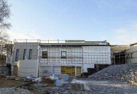 Helsehus: Slik så det ut på byggeplassen for det som skal bli nytt helsehus i Herøy i februar. Bygget skal etter planen overtas av kommunen 1. juli. Foto: Valborg Aalstad
