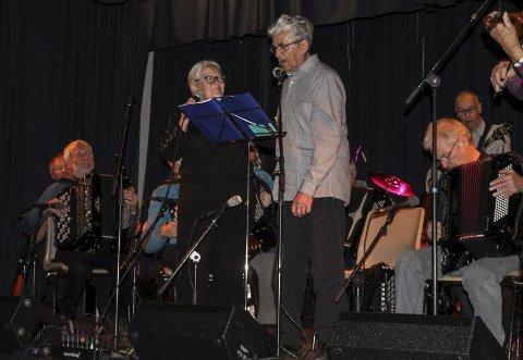 Åpnet: Lise Olsen synger sammen med Granini, bandet som åpnet festen på fredag. foto: Benedicte Wærstad
