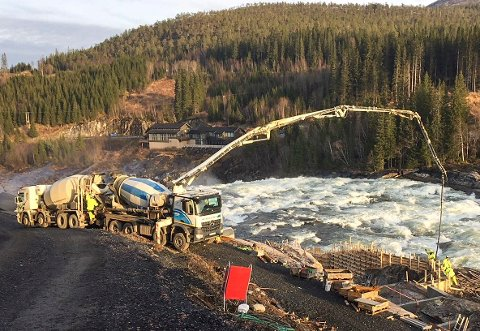 Det arbeides for fullt med å få ferdig laksetrappa ved Laksforsen.