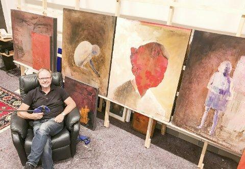 NYTT ATELIER: Stig Ove Sivertsen midt i sitt nye atelier på Øya i Mosjøen. Han har meninger om originalkunst på veggene og om størrelsen på bilder.