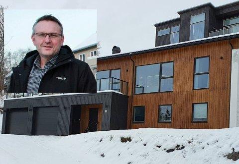 Inger Auflesveg 29 ble solgt for kr 5.100.000, og var med det den dyreste eiendommen i oversikten over eiendomsoverdragelsene for mars. Eiendomsmegler Vidar Sviund og resten av bransjen (til venstre i bildet) kan se tilbake på en god salgsmåned på nivå med fjoråret, tross koronakrise.