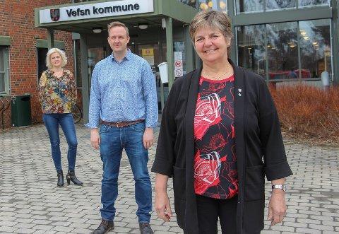 Berit Hundåla, Rune Krutå og Hege Harboe-Sjåvik advarer mot å senke skuldrene. -Smittevernreglene må fortsatt følges nøye, understreker ordfører Berit Hundåla.
