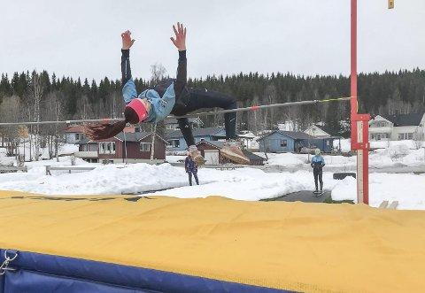 MED PIGGSKO: Endelig fikk Maja Kristin Sørmo, som her trener høyde, bruke piggskoene på trening. Foto: Vera Arntsberg Bråten