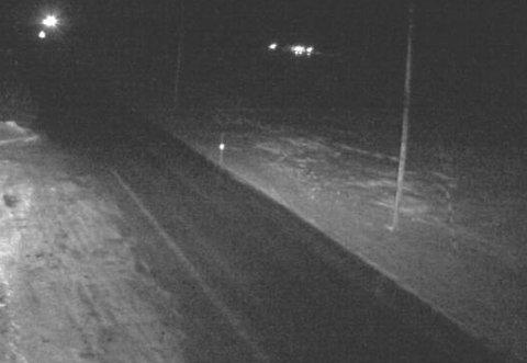 Her på E75 ved Komagvær, mellom Vardø og Vadsø, er det glatt lørdag kveld.