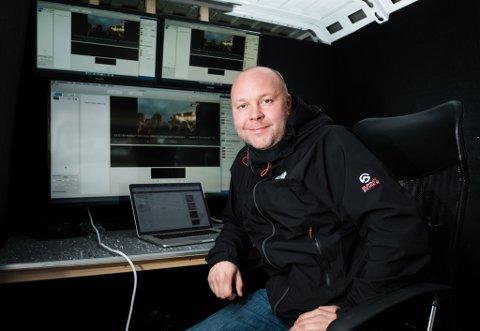 SENDER DIREKTE: Redaktør Stian Eliassen og resten av iFinnmark-laget leverer på alle plattformer under Midnattsrocken. Blant annet blir det avviklet flere direktesendinger fra iFinnmarks nye produksjonsbil for streaming.