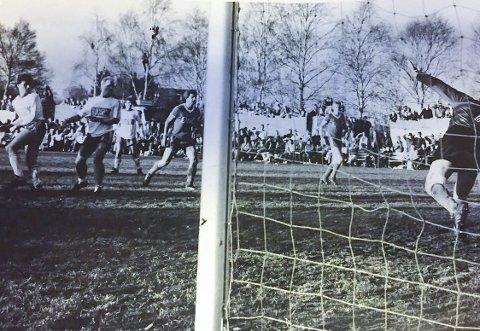 NÆRE PÅ: Arne Henrik Vestreng (t.v.), Jan Nordli og resten av BSF holdt på å tukte selveste Lyn på Bjørkelunden og var nær ved å rykke opp til nivå to i norsk fotball i 1986.foto: privat