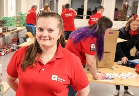 JULEGLEDE: Nestleder i Sandnessjøen Røde Kors, Laila Ossletten forteller at det er en god følelse å hjelpe noen som trenger det.  - Jeg er veldig stolt over å få være med på dette prosjektet, sier hun.