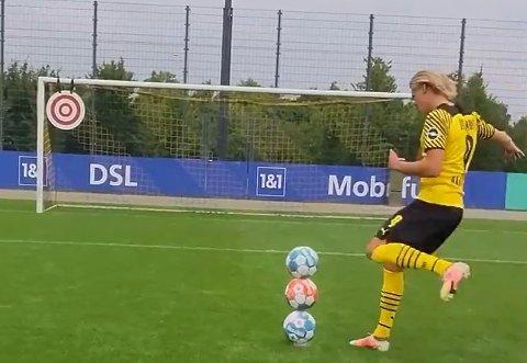 EKTE?: I løpet av de neste tjue sekundene plasserer Erling Braut Haaland de tre ballene i krysset. Videoen er tilsynelatende gjennomført i et klipp, men er den ekte?
