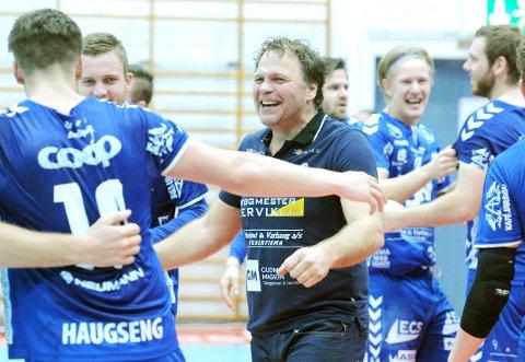 HAR EN PLAN: Rune Haugseng, slik vi liker å se ham. Bildet er tatt etter semifinaletriumfen mot ØIF Arendal i fjor høst. Spillerne på bildet er Tord Haugseng (f.v.), Lars Sigve Hamre, Atle Gudmestad, Preben Nord-Varhaug og Mike Würtz Lønne.