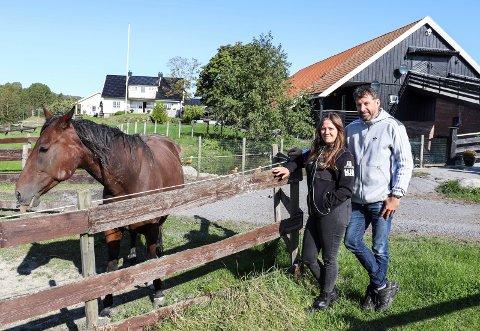 SELGER GÅRDEN: Monica Aal Skillinghaug og Arild Skillinghaug selger gården de har bygget opp gjennom flere år, med blandede følelser.