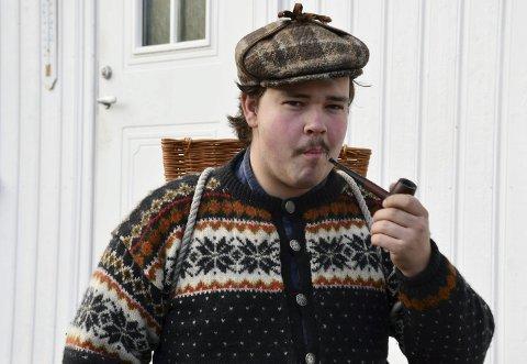 Hobbysmeden: Bjørn bor på Torp i Holt. Han kan gjerne observeres med korg på ryggen i butikken. Hjemme bruker han mye tid på å smi, og det går også med en del tid på Finn.no. Det er et av stedene hvor han jakter på gamle gjenstander. Foto: Siri Fossing