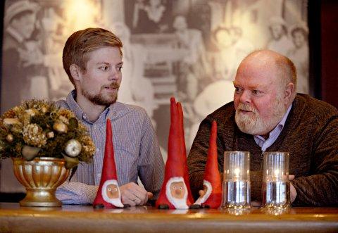 Gir mye: Christoffer Bæver Lunde (til venstre) og Per Lunde reiser opp til Kirkens Bymisjon og lager julemiddag. Det har etterhvert blitt en tradisjon, men de mener det gir minst like mye som det koster.