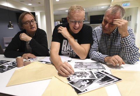 MIMRER: Finn Harald Simensen (t.v.), Sigurd Bognæs og Bjørn Engen nikker gjenkjennende når de ser på svart-hvitt-bilder fra Lps sportsarkiv.FOTO: OLE JOHN HOSTVEDT
