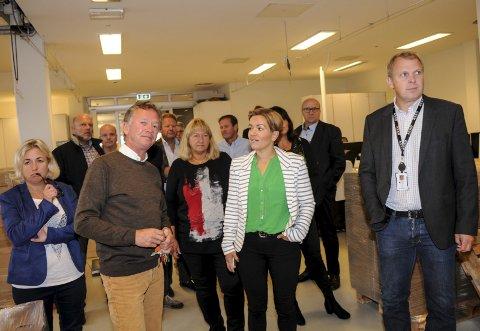 OMVISNING: Eiendomsinvestor Trond Sørum viste ordfører Gunn Cecilie Ringdal og representanter fra Lier næringsråd rundt på Liertoppen næringspark.