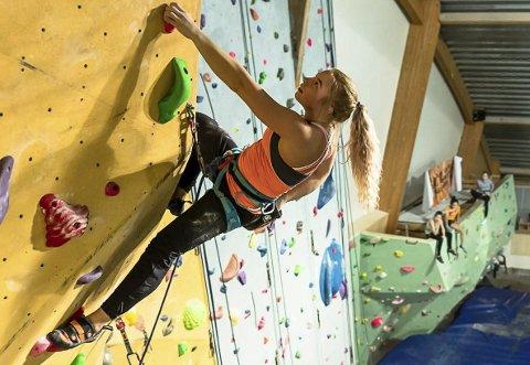 Henger høyt: Martine Limstrand henger høyt i klatreveggen, og vant dameklassen under helgas Polarcup i Kong Øysteins Hall.Alle foto: Espen Mortensen