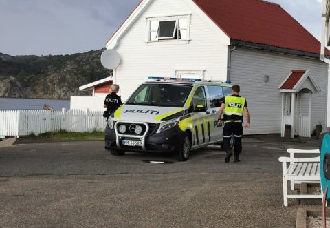 ÅSTEDSBEFARING: Politiet etter åstedsbefaringen i Korshamn.
