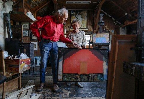SAMMEN OM DET MESTE: – På dette bildet ser jeg ikke huset mer, bare sterk energi, sier Teppo Valkama. Nå blir det utstilling sammen med kunstnerkollega og kjæreste Arne Samuelsen (til venstre).