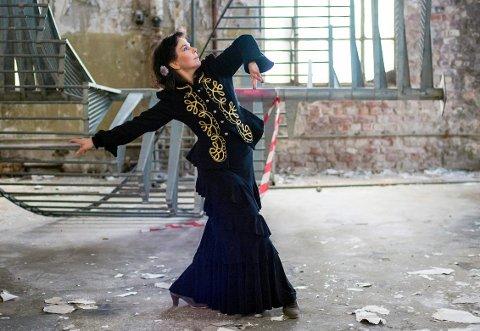 FLAMENCO: Hanne Knutsen forteller historiene mens hun danser i monologen «Should I stay or..».