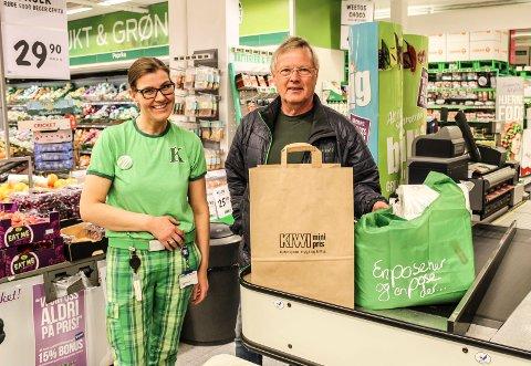 ENIG: Tomas Colin Archer (Ap) sa seg enig i at saken om handlenett i bomull bør trekkes nå, her sammen med butikksjef Camilla Martinsen i Kiwi Refsnes.