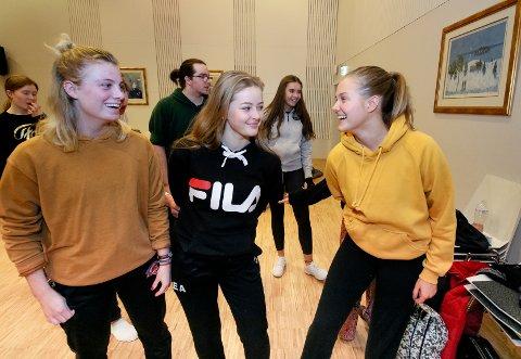 KAJA OG KAIA: Kaja Ronæs (fra venstre), Kaia Rytter Tveiten og Kaja Nedregård gleder seg stort til årets forestilling.