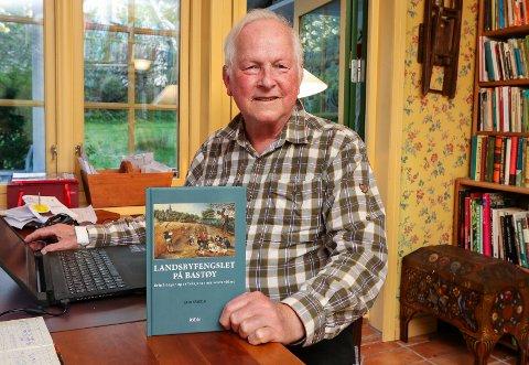 NY BOK: Forfatter Erik Såheim hjemme i skrivestua i Bergstien i Son.