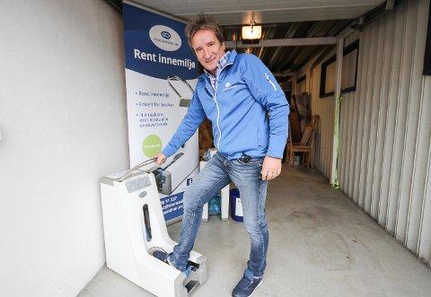 GOD FORRETNING: Hjemme i garasjen i Moss viser Espen Wallin fram maskinene for skoovertrekk. Noen er stasjonære, andre maskiner kan enkelt flyttes rundt. - Overtrekkene sparer kundene for rengjøring og slitasje. Markedet er voksende, sier Wallin.