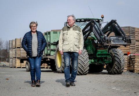 NY UTFORDRING: Distriktets bønder står nå overfor en ny stor utfordring: Koronaviruset. - Vi er løsningsorientert. Så vi må prøve alt vi kan for å få grønnsakene høstet, sier Rygge-bøndene Berit Ullestad og Karl Emil Rosnæs.