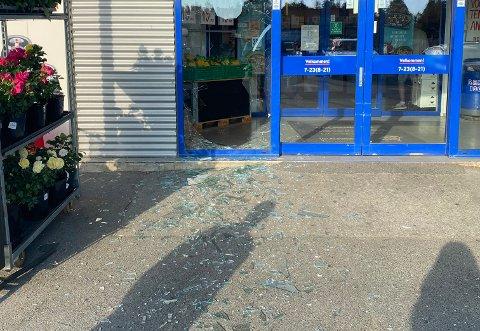 Glasset lå strødd etter at en ustabil person gikk berserk på Rema 1000.