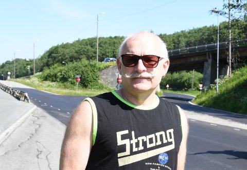 REDD: Tommy Berg foran stedet der han frykter det vil skje en ulykke hvis ikke noe blir gjort med skiltingen.