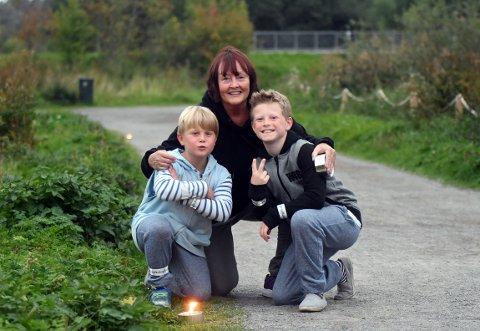 TENTE LYS: Lisbet Jonassen tok turen med sine barnebarn, Theodor og Mathias, for å tenne noen fakler.