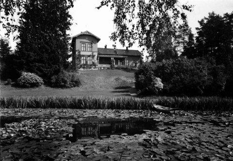 Store Ljan med hovedbygning, hage og vannliljedam
