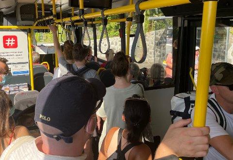 FULLT: Denne bussen var rimelig full fredag. Ruter minner om at man fortsatt ikke skal reise kollektivt hvis ikke man må.