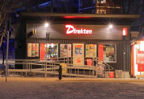 RANSUTSATT: Det skal ha vært denne kiosken i Kiruna som ble utsatt for ran fredag kveld. Polisen har ennå ikke pågrepet noen. Foto: Direkten/Facebook.