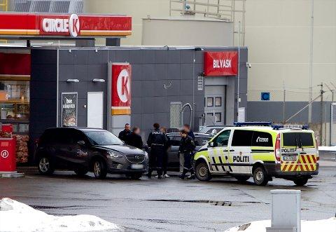 Politiet snakker med vitner i området der bilen ble stjålet. Foto: Ola Solvang