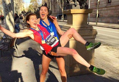 TO REKORDER: Hilde Aders satte ny personlig rekord med 1.18.02 på halvmaraton i Barcelona, og løftes her opp av Yngvild Kaspersen – som dro til med 1.16.08. Det er den beste halvmaratontiden for en kvinnelig løper fra en nordnorsk klubb noen gang.