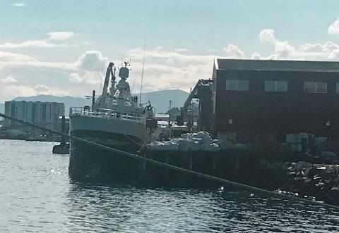 EVAKUERT: Båten ble evakuert, men en person ble meldt savnet. Han ble funnet bevisstløs, men våknet opp etter helsehjelp og er sendt til UNN. Foto: Andreas Høyer