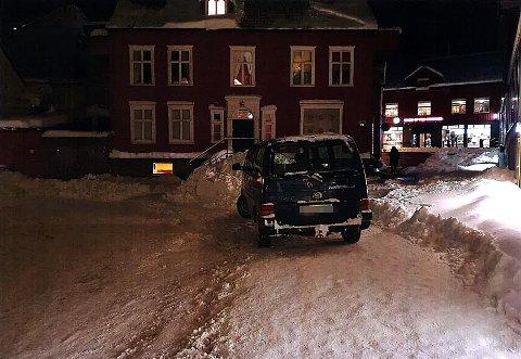 FEIL: Det parkeres stadig feil i Tromsø sentrum. Her et friskt forsøk i Skippergata, utenfor Torgsenteret. I fjor ble det skrevet ut 3.000 flere parkeringsbøter enn året før i Tromsø.