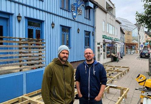 EIERE: Både daglig leder Pål Markussen (til venstre) og styrets leder, Edd Sivertsen, ser frem til å få klar uteterrassen i sentrum.