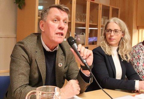 OMFATTENDE: Ordfører Gunnar Wilhelmsen (Ap) og avdelingsdirektør Margrethe Kristiansen i kommunen redegjorde lørdag for avgjørelsen om å midlertidig stenge Kvaløysletta sykehjem.