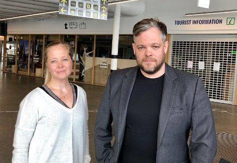 MANGLER MIDLER: Chris Hudson og Lone Helle i Visit Tromsø utenfor en stengt turistinformasjon på Prostneset.  Mens andre byer starter kampanjer mot nordmenn, har Visit Tromsø per i dag knapt penger til å lokke folk til Tromsø på besøk i sommer.