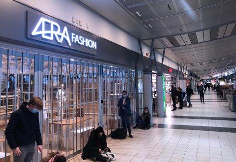 LITE TILBUD: Klesbutikken og spisestedene holder stengt og bokhandelen drives med reduserte åpningstider. Kioskene på flyplassen er derimot åpne.