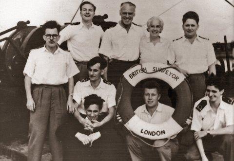Bildet er tatt 26. desember 1955, noen få timer etter Arne Nicolaysen (med livbøye) ble funnet av mannskapet på British Surveyor. Da hadde han vært i sjøen én dag og nesten to fulle netter.   Alle foto: NTB scanpix