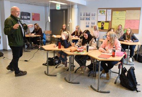 Verdsatt tilbud: Tidligere psykiatrisk sykepleier Bård Langseth har flere år på rad besøkt Lena-Valle videregående skole for å snakke om psykisk helse med førsteklassingene. Elevene i 1HOA forteller at de setter stor pris på tilbudet, som de gjerne skulle ønske ble utvidet.