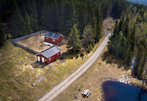 FUNNET AV TURGÅERE: Det var turgåere som fant «Vandreren» alvorlig skadet ved denne hytta forrige torsdag. Hytta er eid av Vestre Toten almenning.