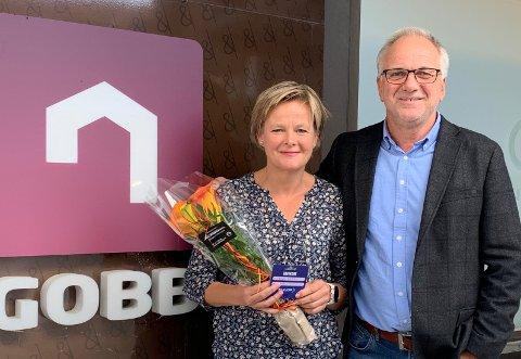 VANT: Trine Bjerke fikk overrakt gavekort og blomster av administrerende direktør Tom Søgård i GOBB.
